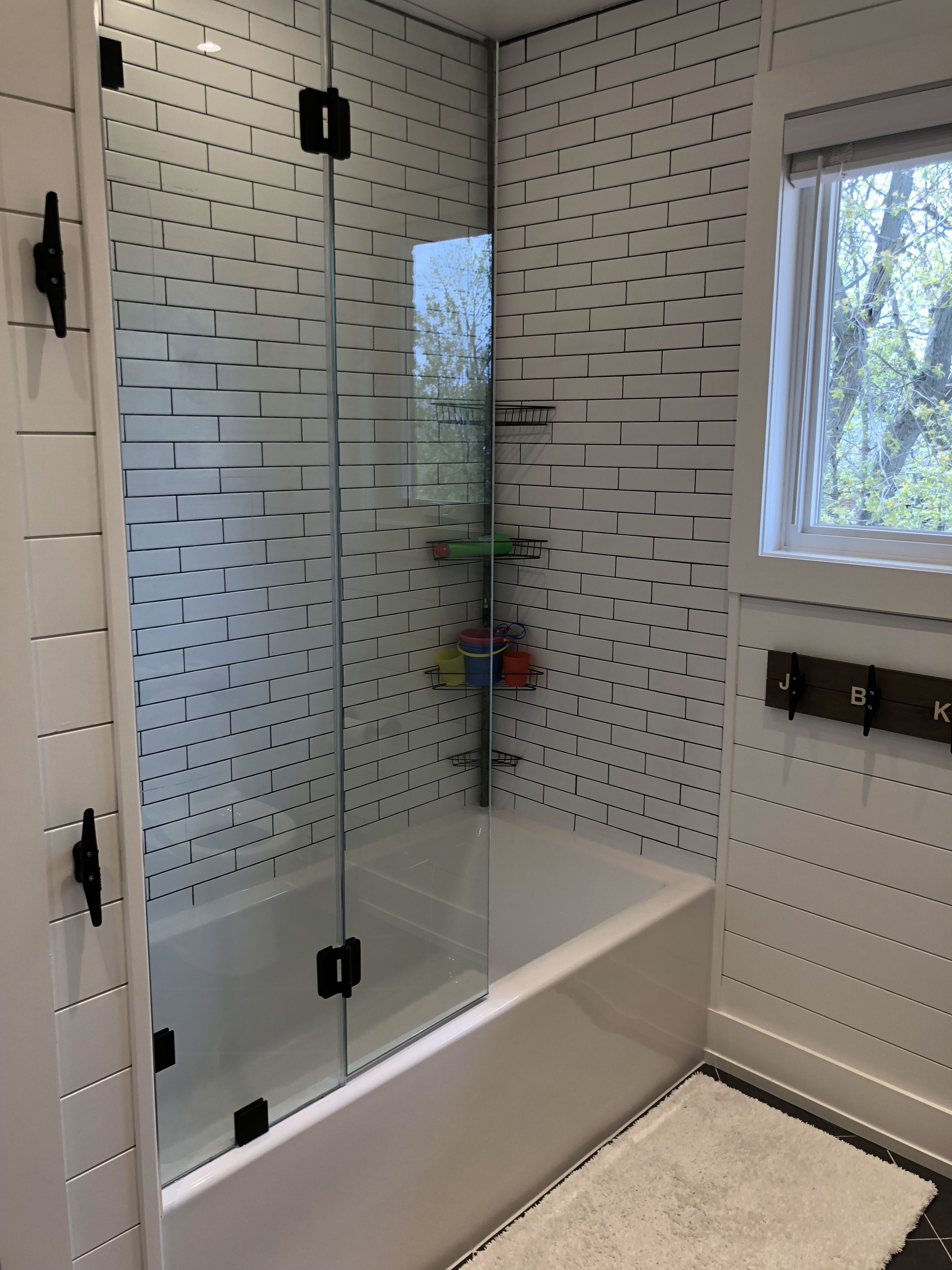 Fascinating Farmhouse Master Bathroom Remodel Ideas To Have Now47