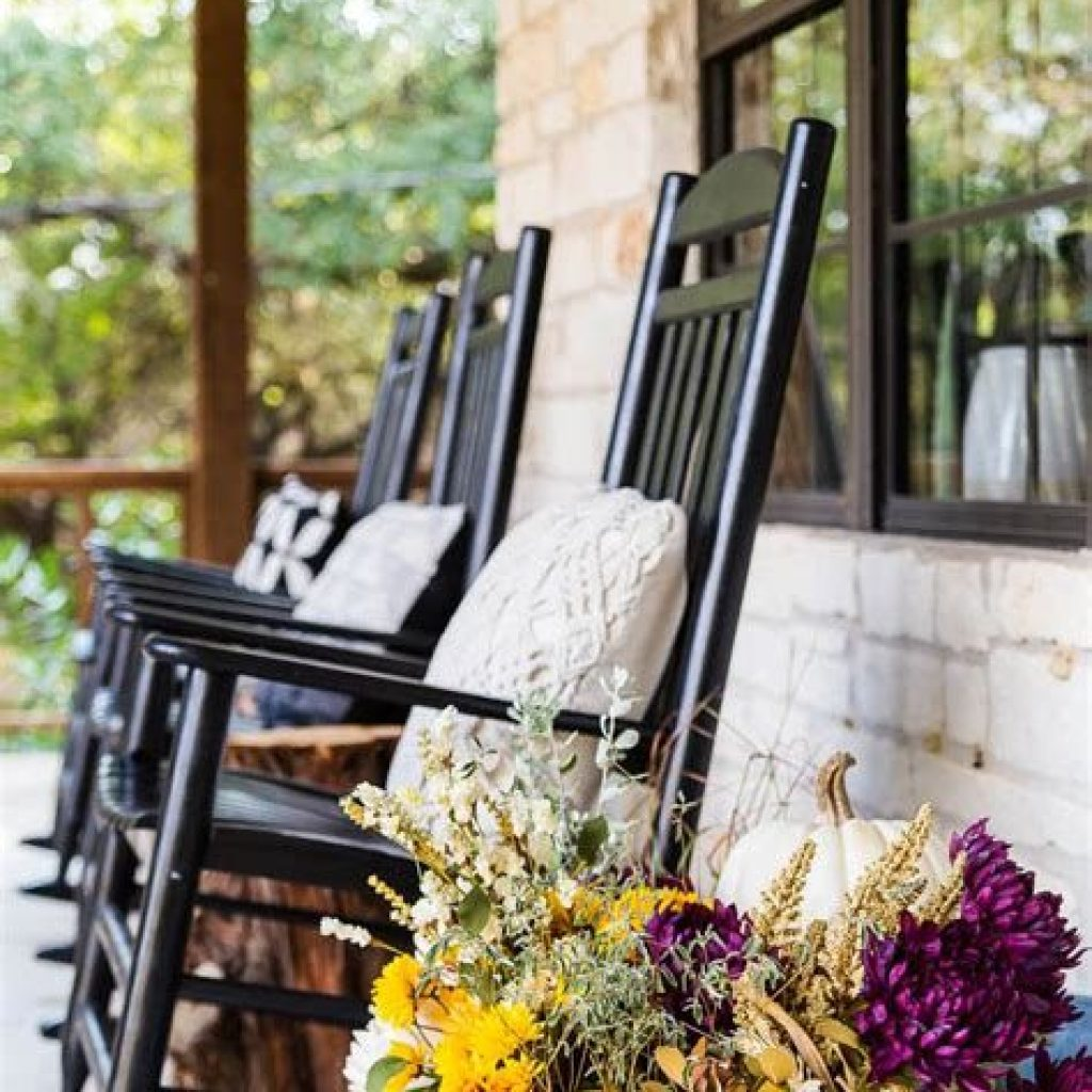 Beautiful Fall Farmhouse Decor Idea For Front Porch 12