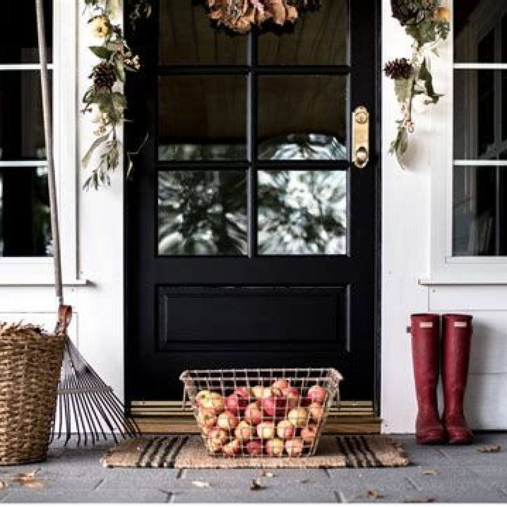 Beautiful Fall Farmhouse Decor Idea For Front Porch 29
