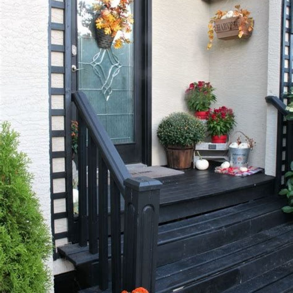 Beautiful Fall Farmhouse Decor Idea For Front Porch 36
