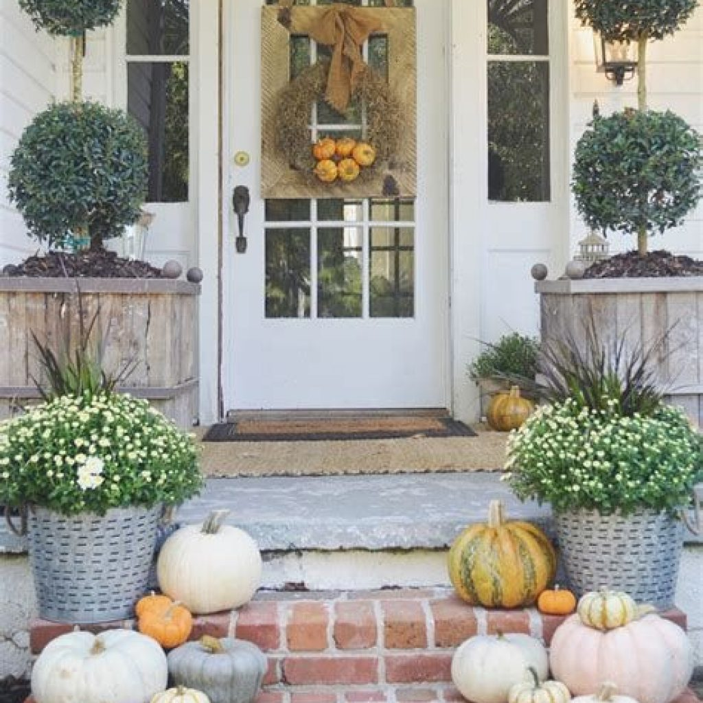 Beautiful Fall Farmhouse Decor Idea For Front Porch 38