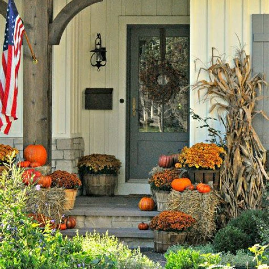Beautiful Fall Farmhouse Decor Idea For Front Porch 43