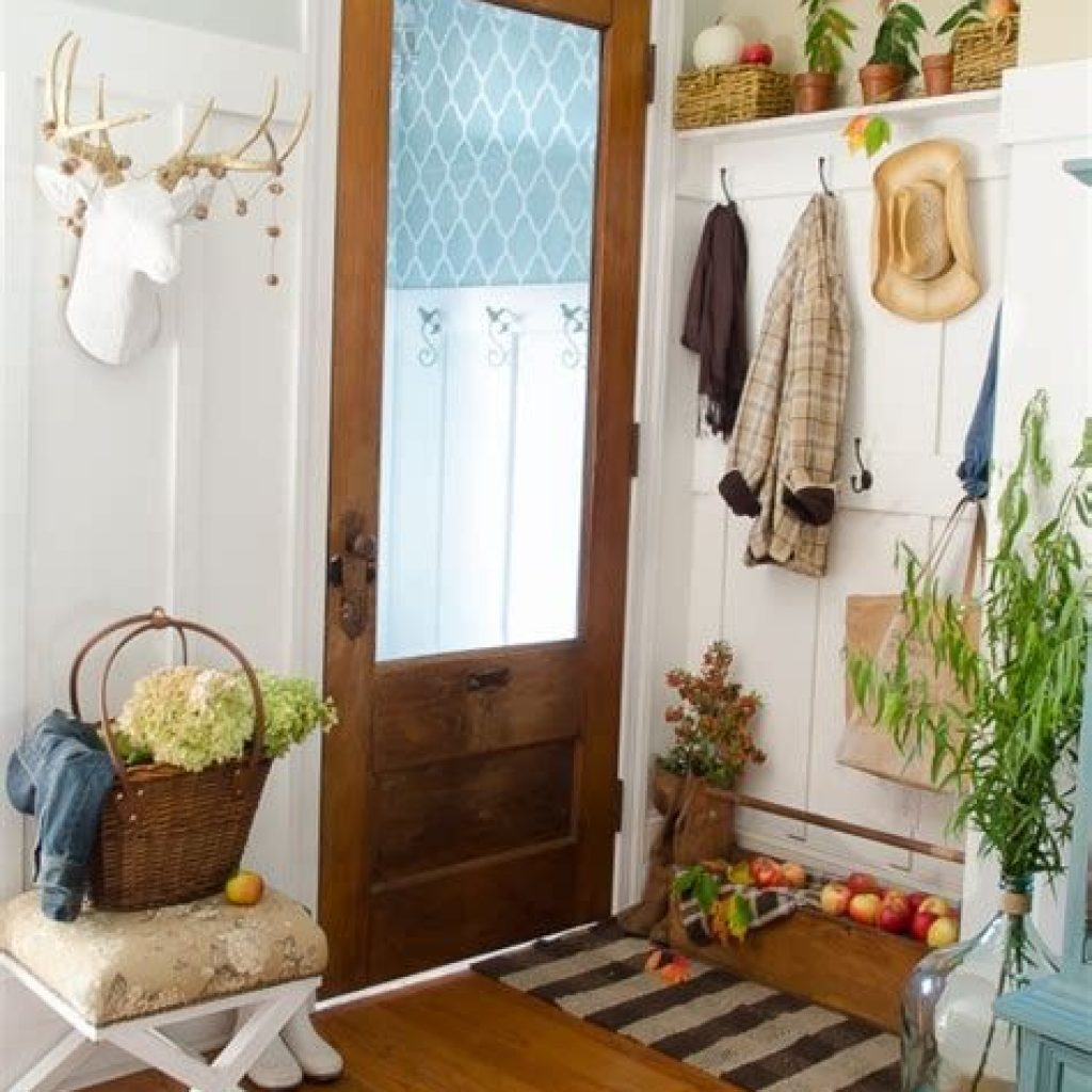 Cheap And Easy Fall Entryways Decoration For Your House 23