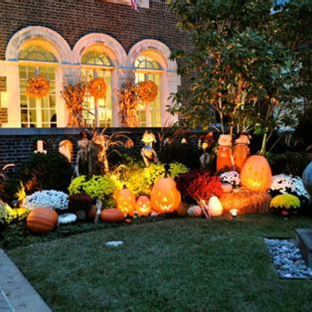 Easy And Creative Fall Decoration For Your Backyard 08