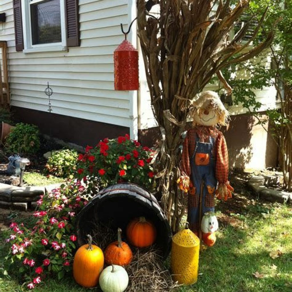 Easy And Creative Fall Decoration For Your Backyard 16