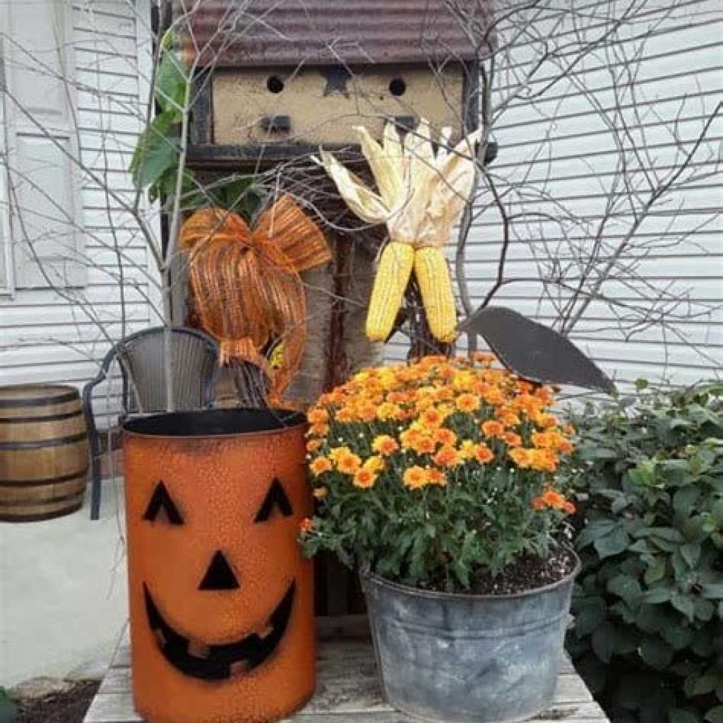 Easy And Creative Fall Decoration For Your Backyard 22