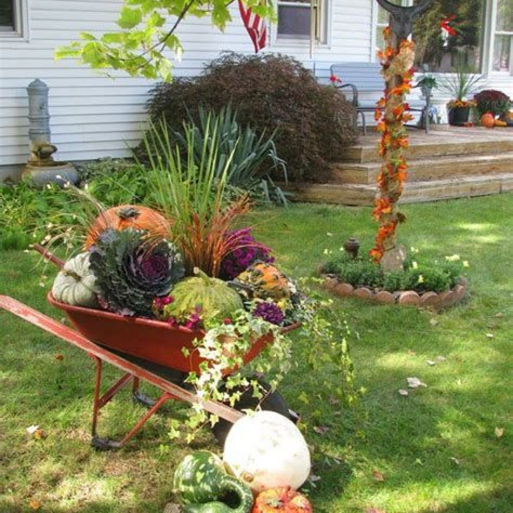 Easy And Creative Fall Decoration For Your Backyard 24