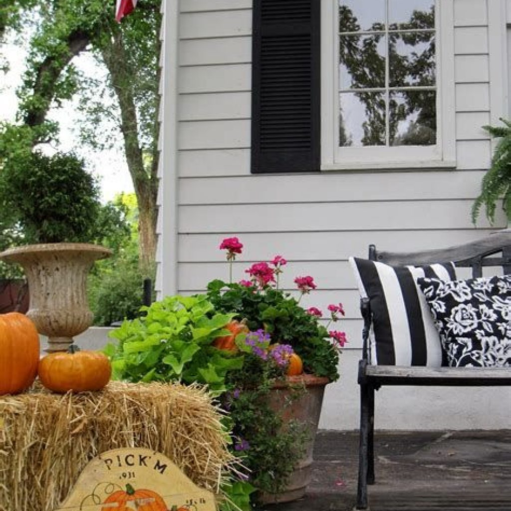 Easy And Creative Fall Decoration For Your Backyard 31