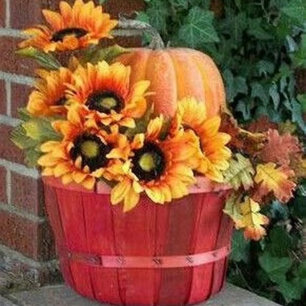 Easy And Creative Fall Decoration For Your Backyard 38