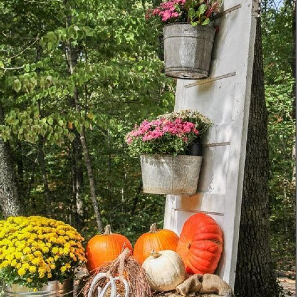 Easy And Creative Fall Decoration For Your Backyard 41