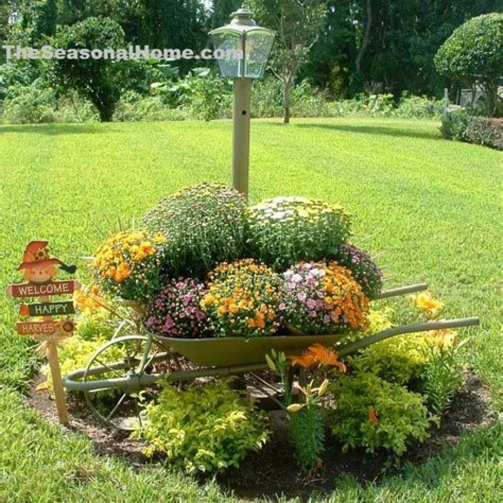 Easy And Creative Fall Decoration For Your Backyard 44