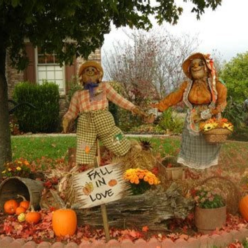 Simple But Beautiful Fall Decoration In The Front Yard 14