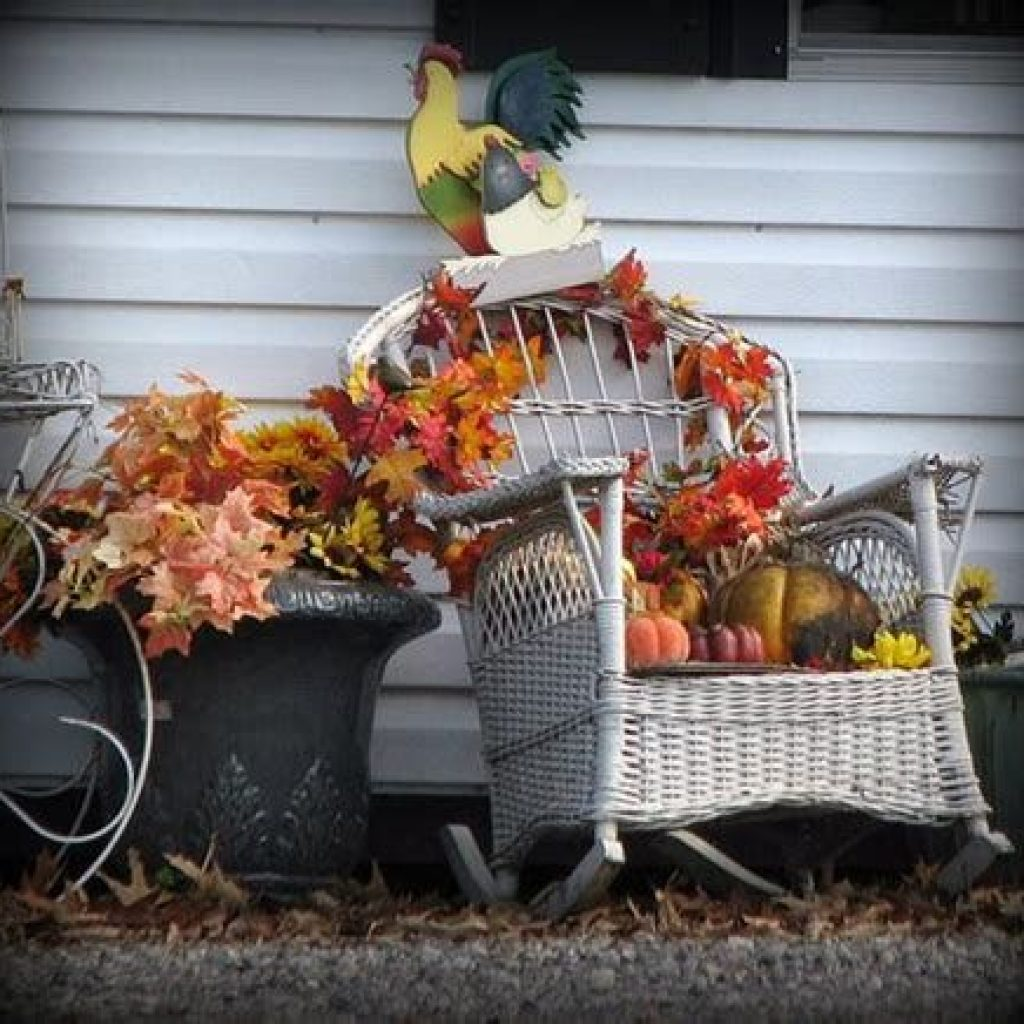 Simple But Beautiful Fall Decoration In The Front Yard 18