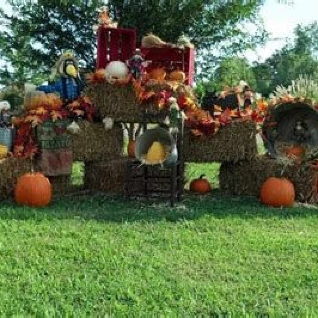 Simple But Beautiful Fall Decoration In The Front Yard 21