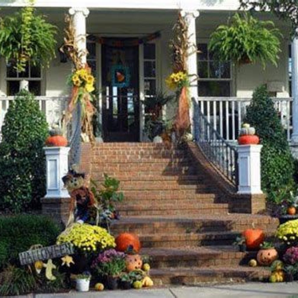 Simple But Beautiful Fall Decoration In The Front Yard 28