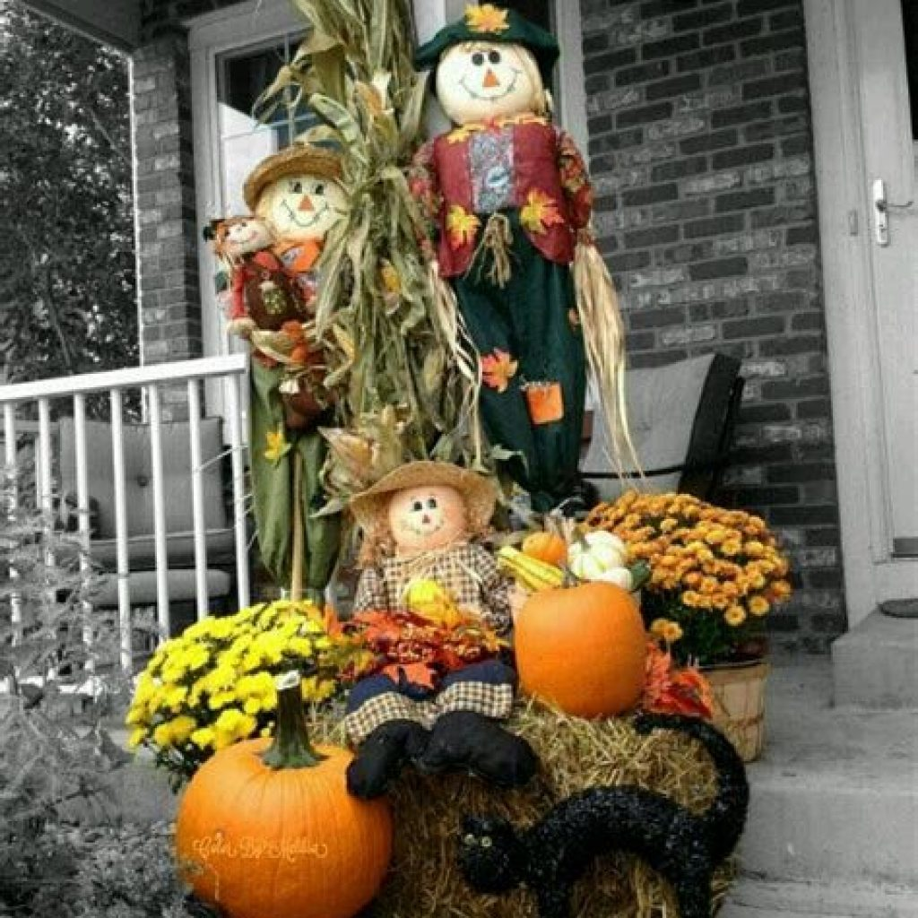 Simple But Beautiful Fall Decoration In The Front Yard 31