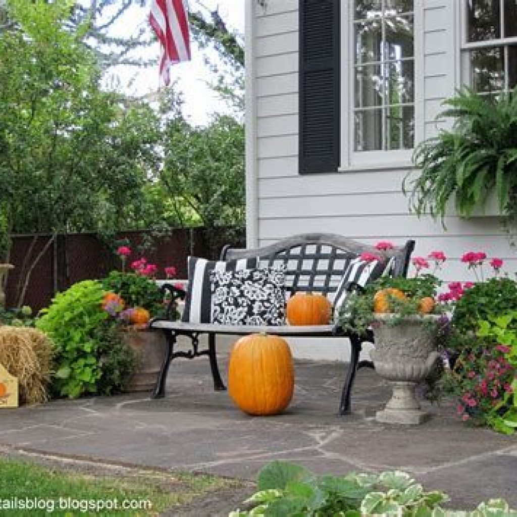 Simple But Beautiful Fall Decoration In The Front Yard 32