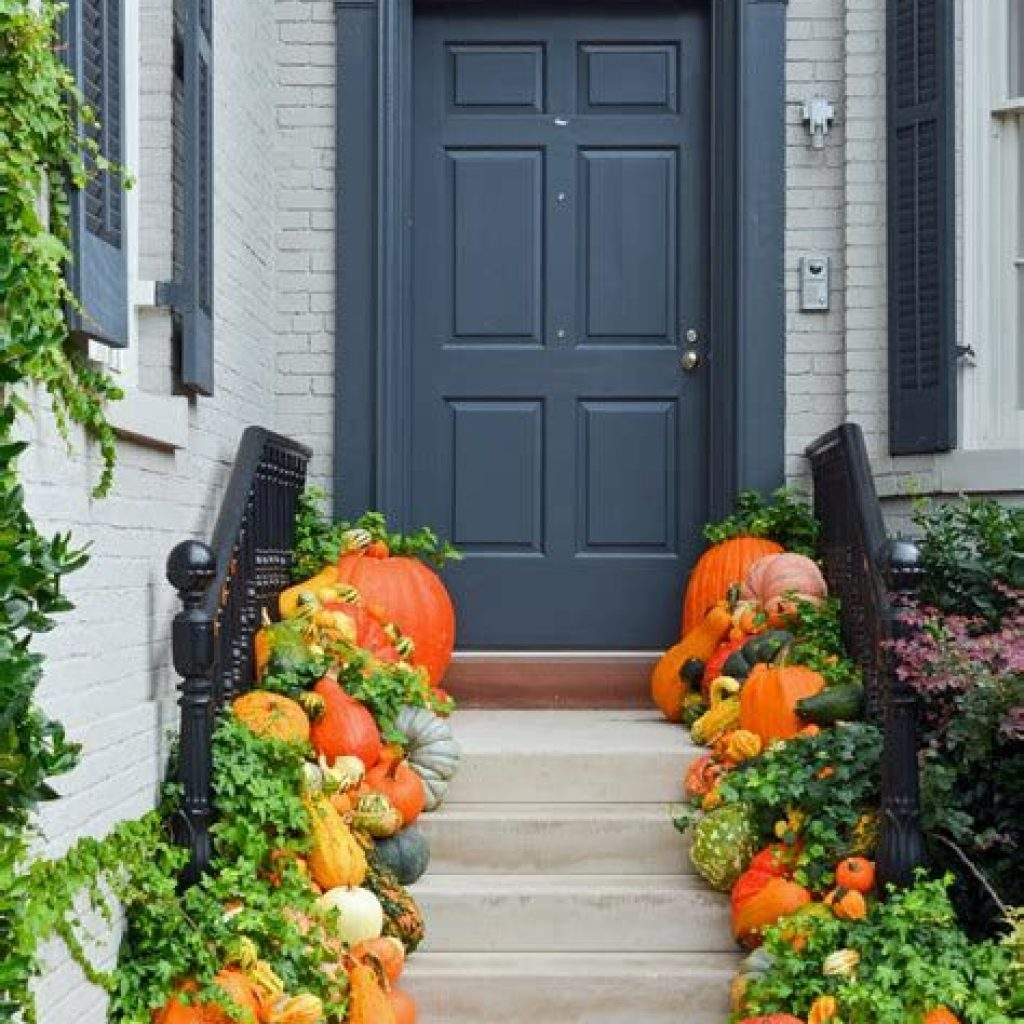 Simple But Beautiful Fall Decoration In The Front Yard 33