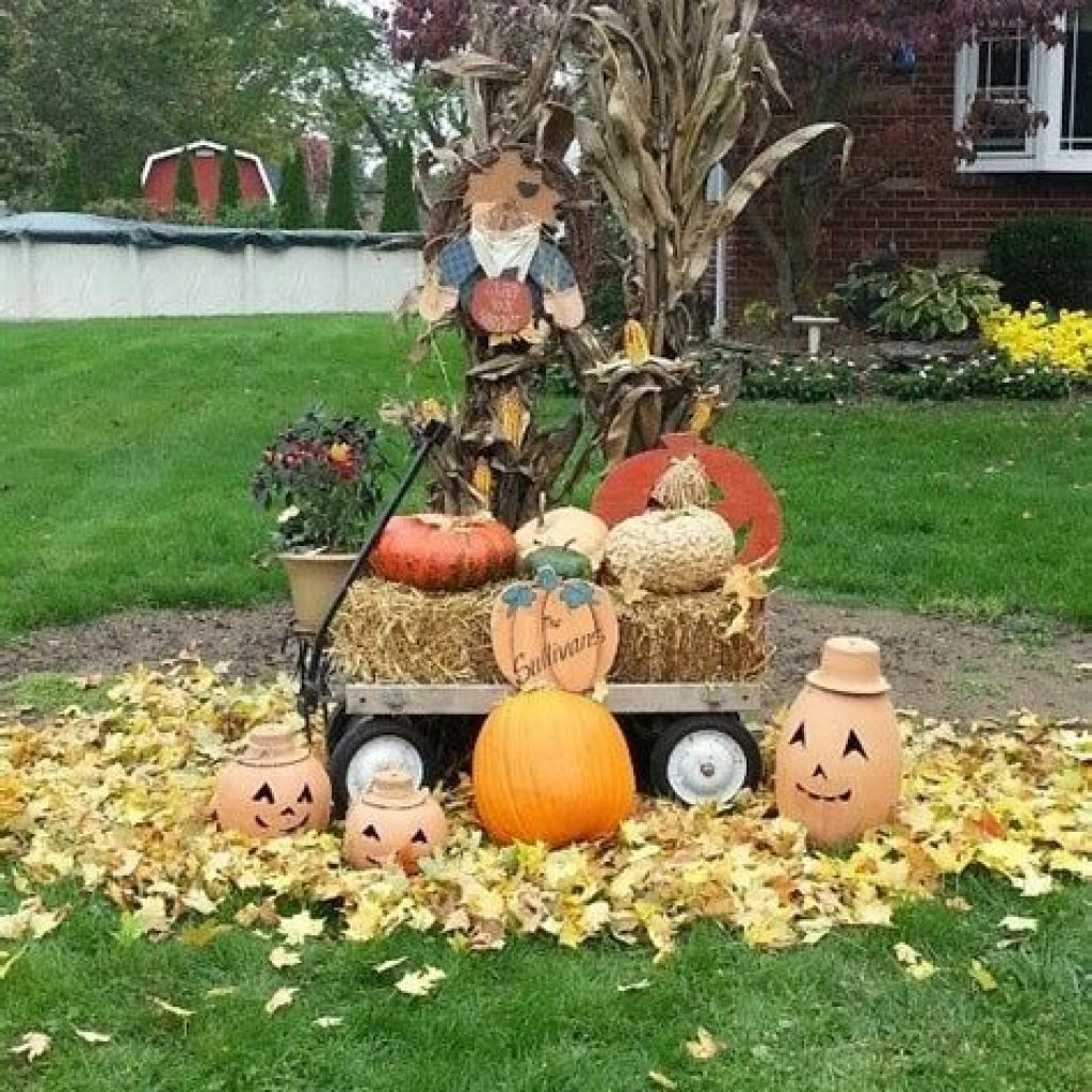 Simple But Beautiful Fall Decoration In The Front Yard 37