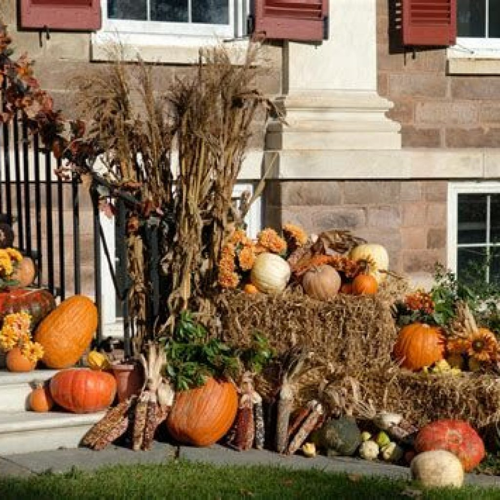 Simple But Beautiful Fall Decoration In The Front Yard 38