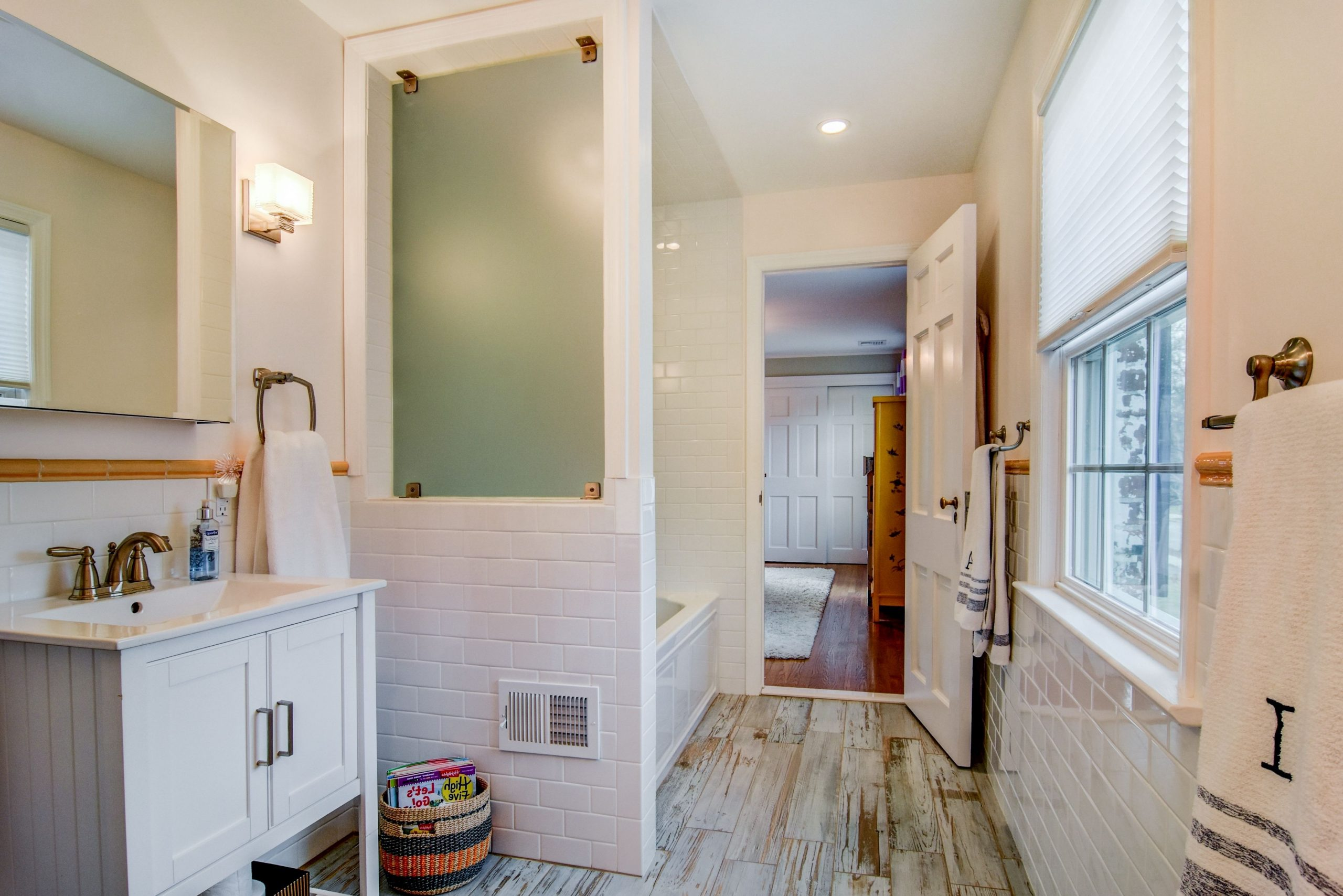 Cute Jack And Jill Bathroom Perfect For Children To Share Cute Jack And Jill Bathroom