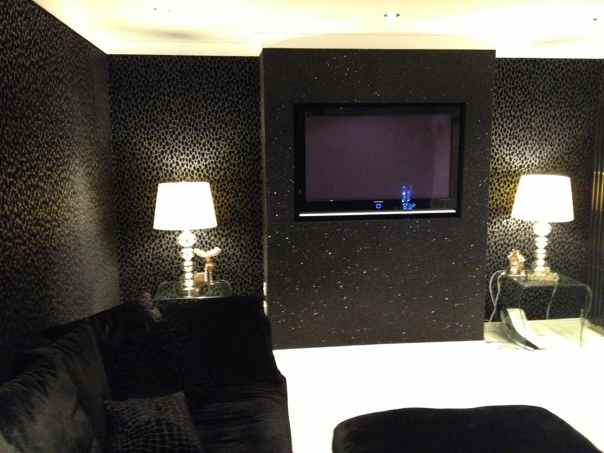 How To: Accessorise With Glitter Wallpaper | The Best Glitter Wallpaper Living Room