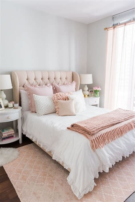 Totally Comfy White And Gold Themed Bedroom Ideas 18