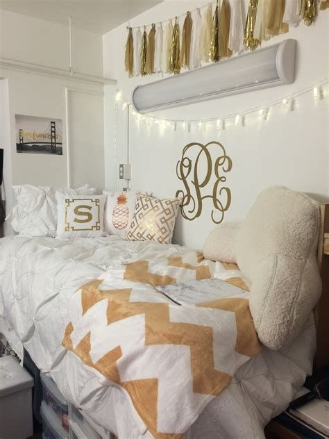 Totally Comfy White And Gold Themed Bedroom Ideas 31